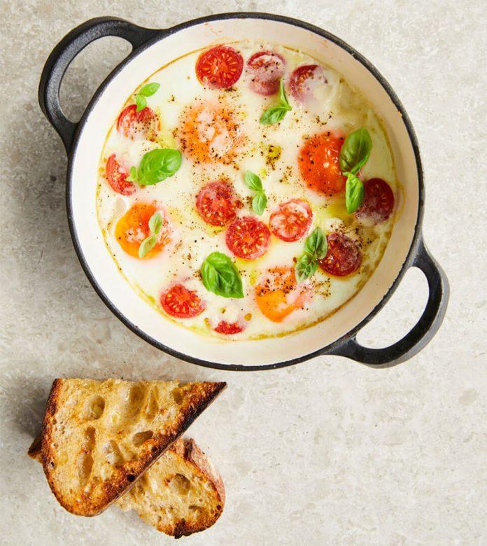 Huevos hechos de manera distinto con un toque italiano