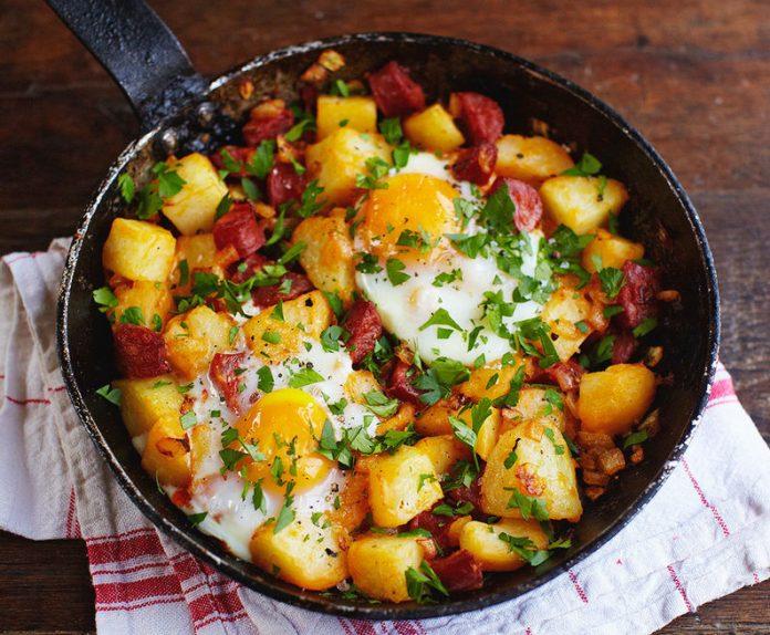 Hash de patatas y chorizo para la hora de desayuno, almuerzo o cena
