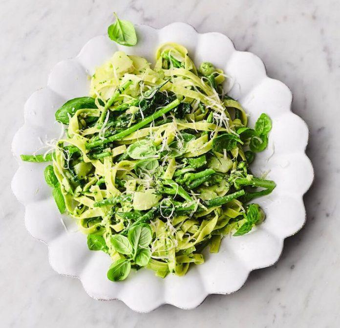 Tagliatelle con verduras verdes de verano